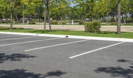 Paysagiste professionnel pour la création d'espaces verts sur un parking de mairie